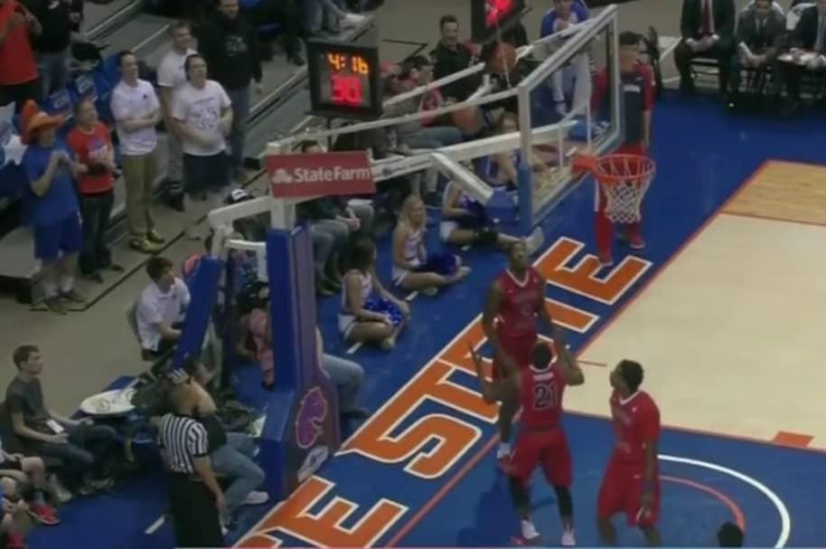 Jugadores intentan rescatar una pelota atascada.