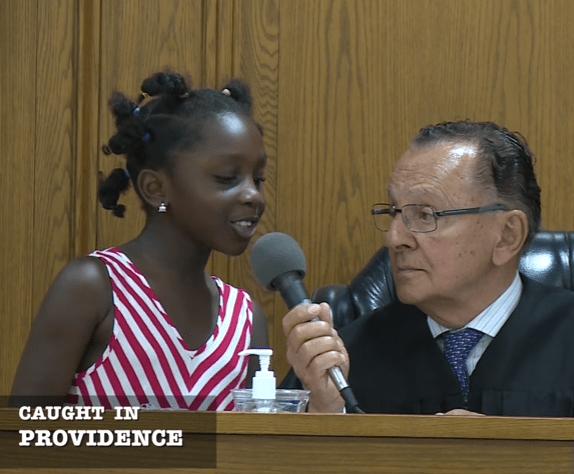 Niña ayuda a juez a decidir la multa debe pagar su mamá