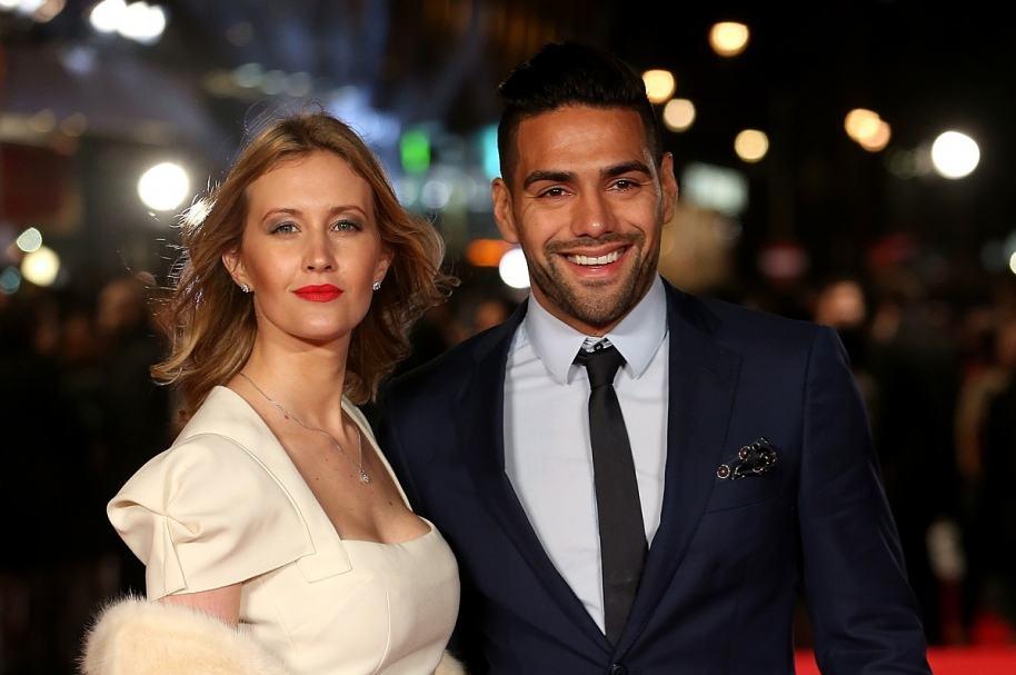 El futbolista colombiano Falcao García junto a su esposa, la cantante argentina Lorelei Tarón.