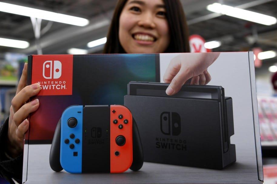 Nao Imoto, de 31 años, posa con su nuevo Nintendo Switch, en Japón