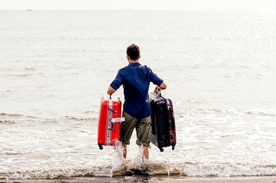 Hombre en la maleta