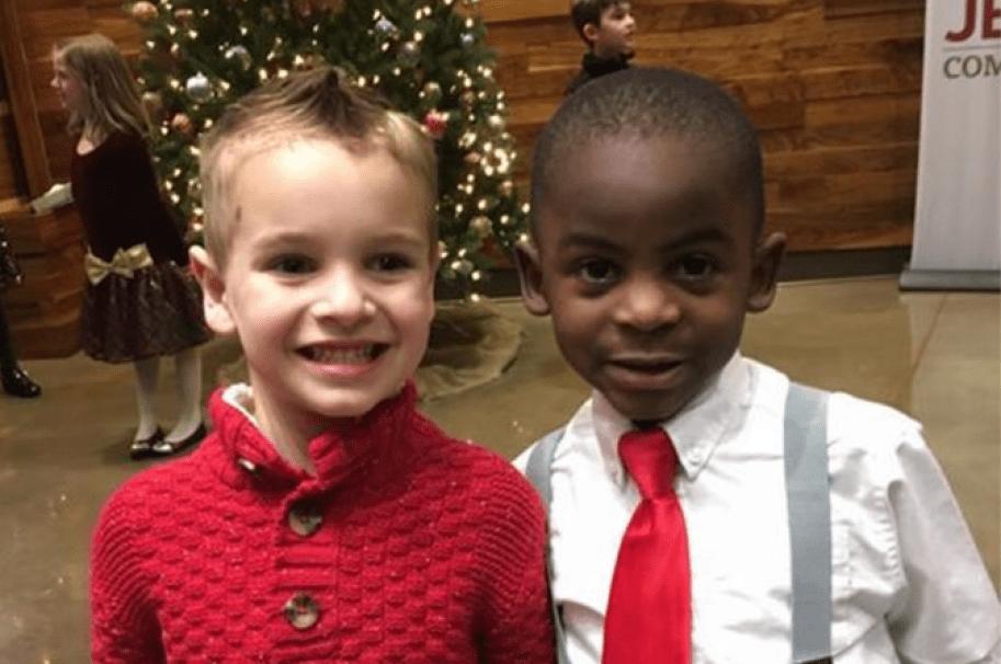 Niño de 5 años se corta el pelo para parecerse a su amigo