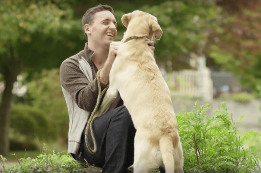 Dueño con su perro. Pulzo.com