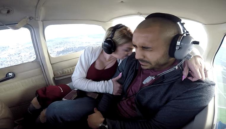 Propuesta de matrimonio en una avioneta. Pulzo.com