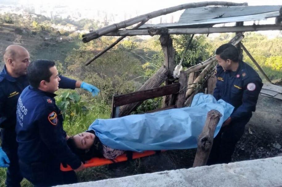 Mujer cae a abismo