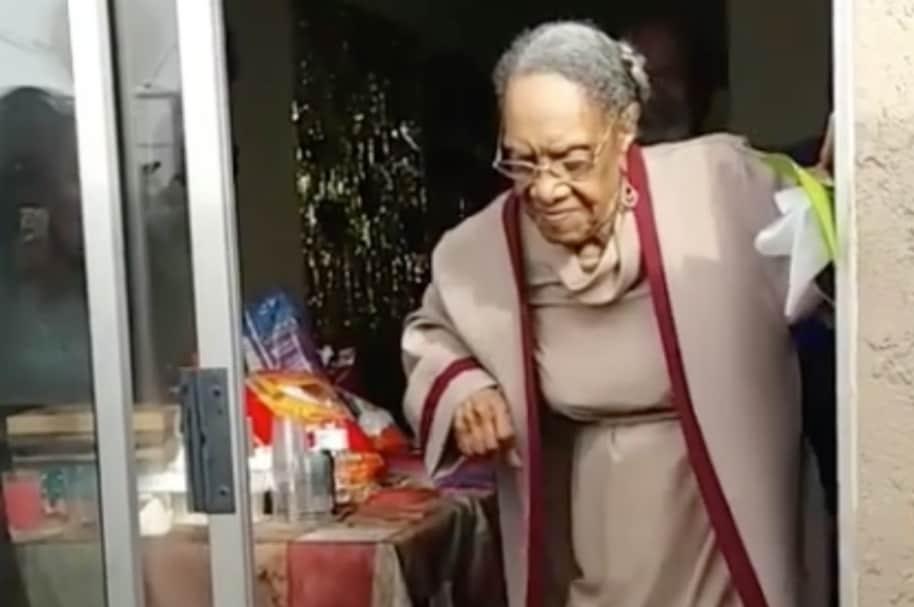 Abuela baila por sus cien años.