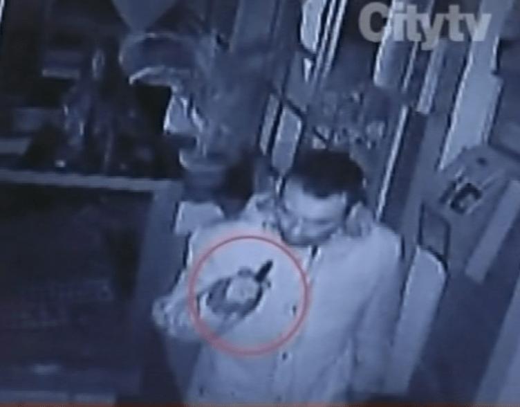 Presunto agresor con un puñal en la mano