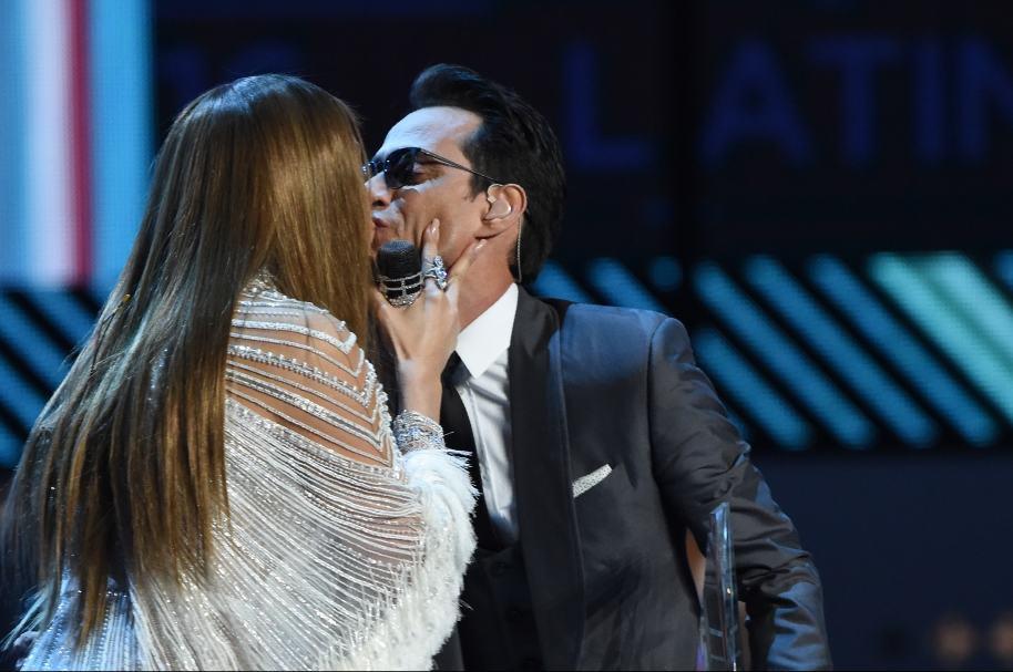 Beso de Marc Antony y Jeniffer López en la gala de los Grammy Latinos