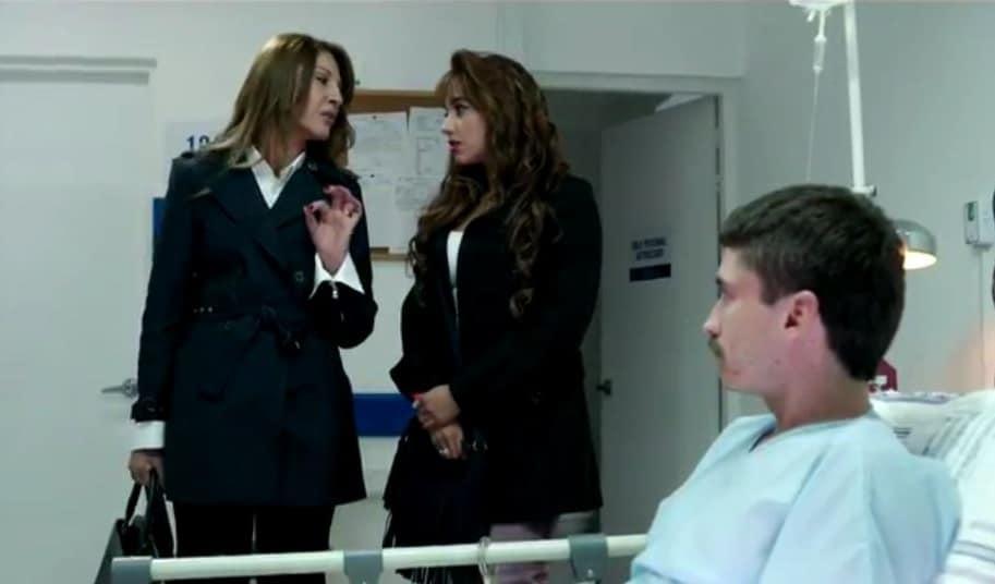Amparo Grisales, Nicole Santamaría y Juan Pablo Urrego, actores de 'Alias JJ'.
