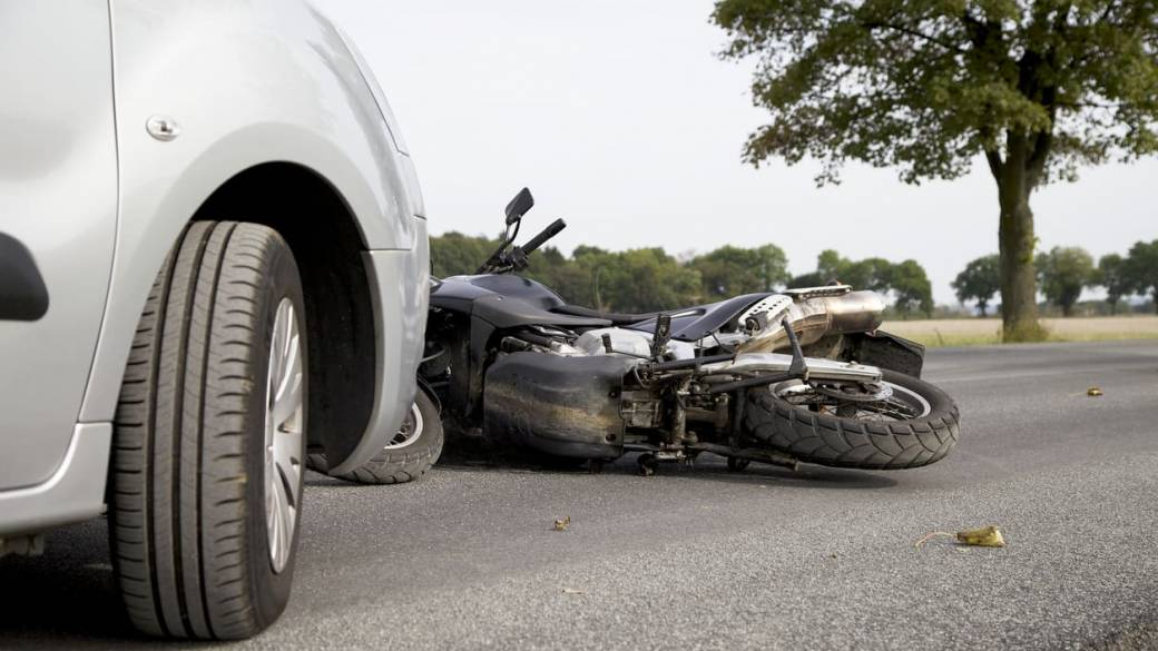 Camioneta estrella a una motocicleta.