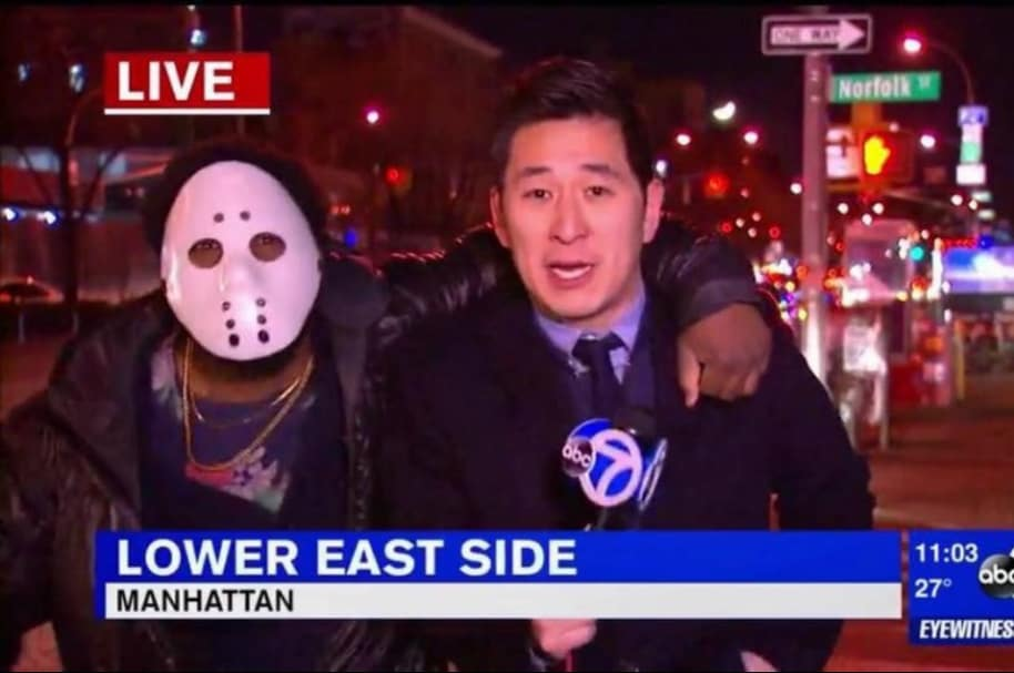 CeFaan Kim, reportero atacado durante transmisión.