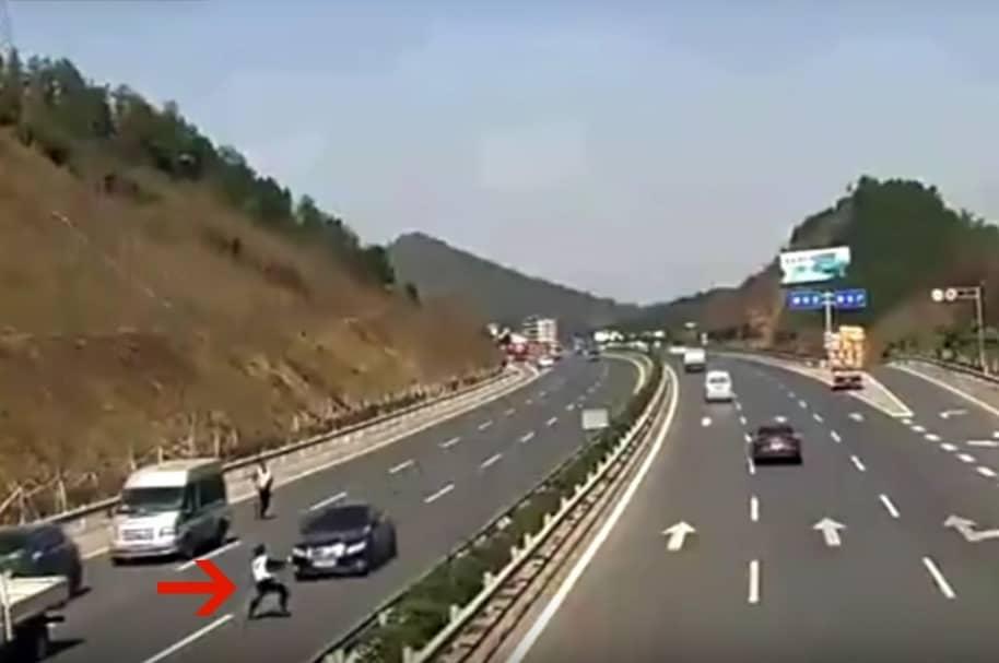 Momentos antes de que vehículo arrollara a policía en autopista china. Pulzo.com