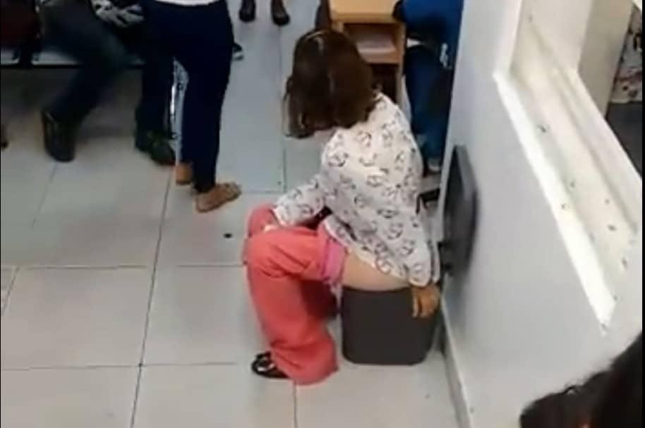 Mujer orina en caneca para protestar por que no le prestaron el baño
