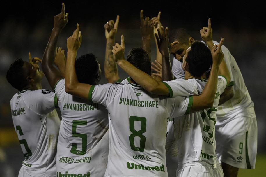 Chapecoense honra a sus héroes caídos con victoria 2-1 ante Zulia en Libertadores