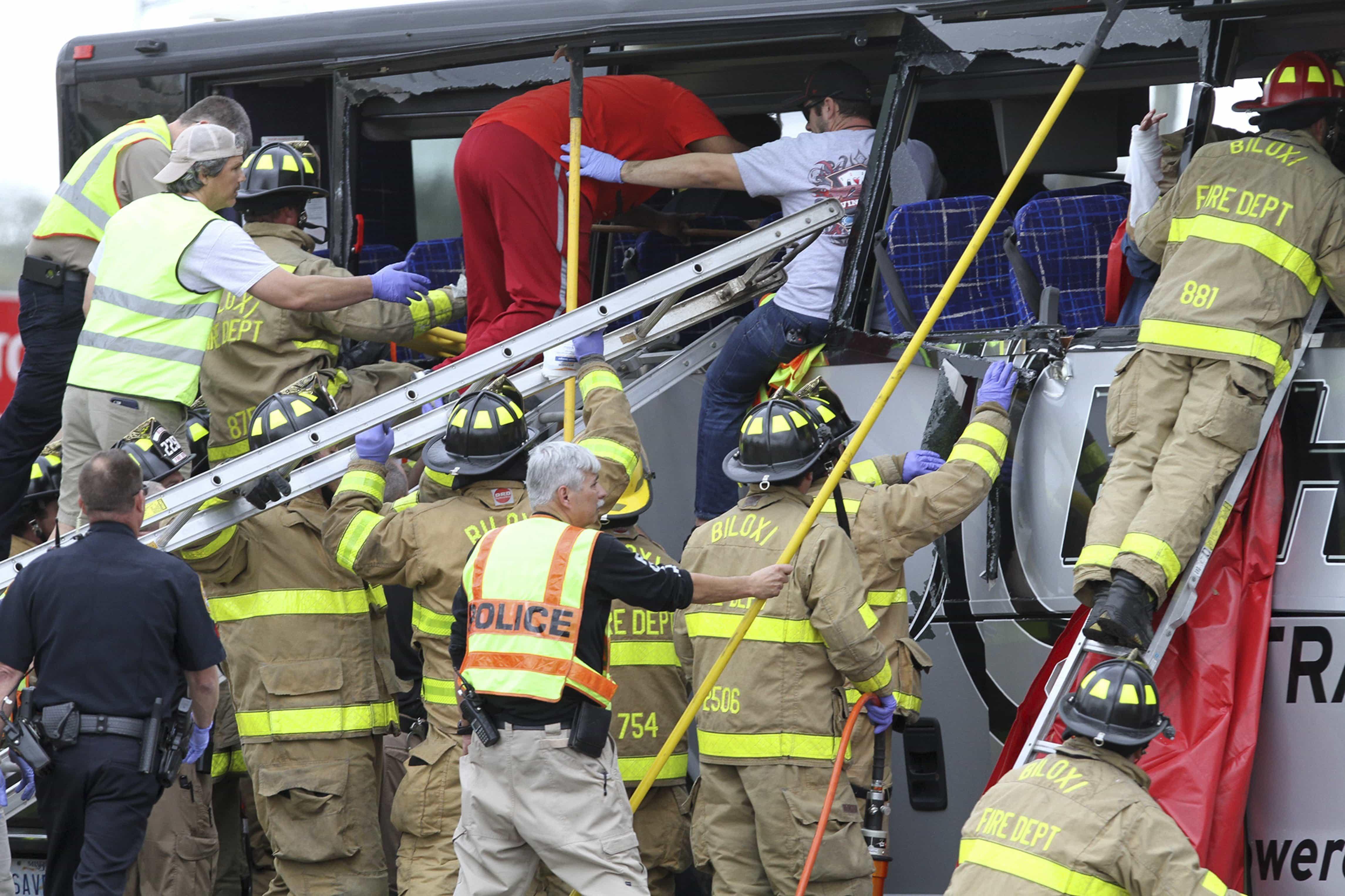 Choque de tren y autobús causa heridos y muertos