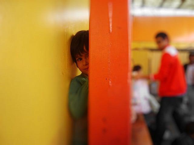 Niño jugando escondidas
