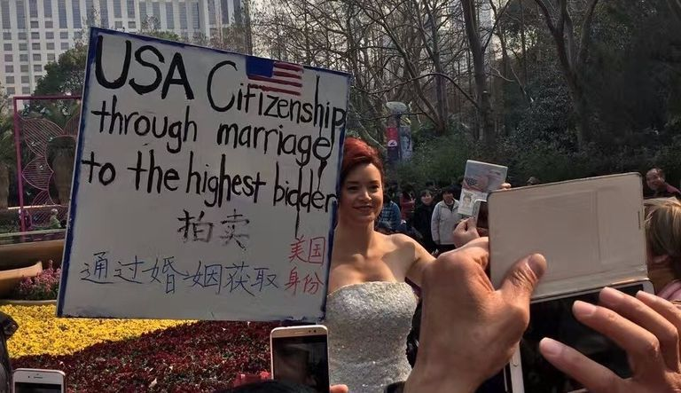 La artista estadounidense Erin Peisert fingió ofrecer ciudadanía de su país a cambio de matrimonio. Pulzo.com