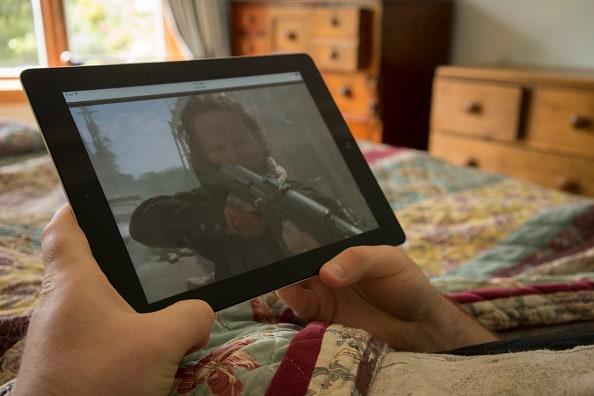 Persona viendo contenido 'streaming' en tableta