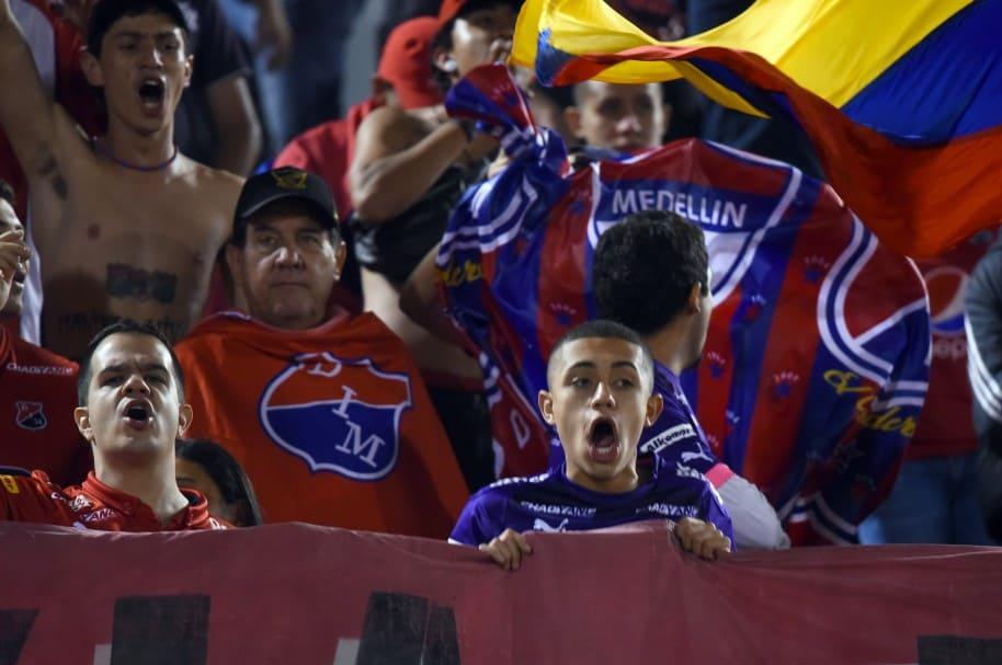 Hinchas del Medellín celebran la victoria de su equipo