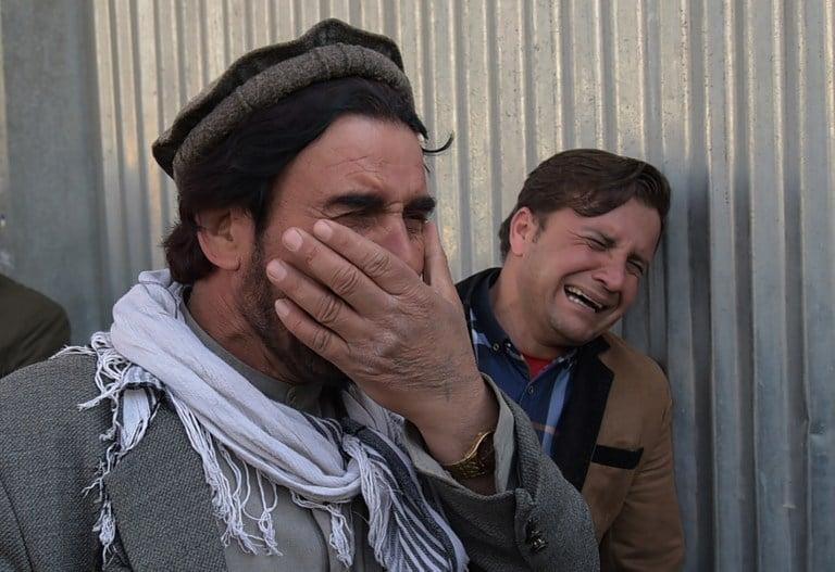 Afganos lloran muerte de sus seres queridos en ataque del Estado Islámico. Pulzo.com