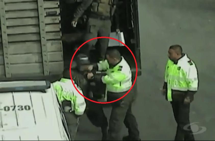 Policía golpeando en la cara a un habitante de calle