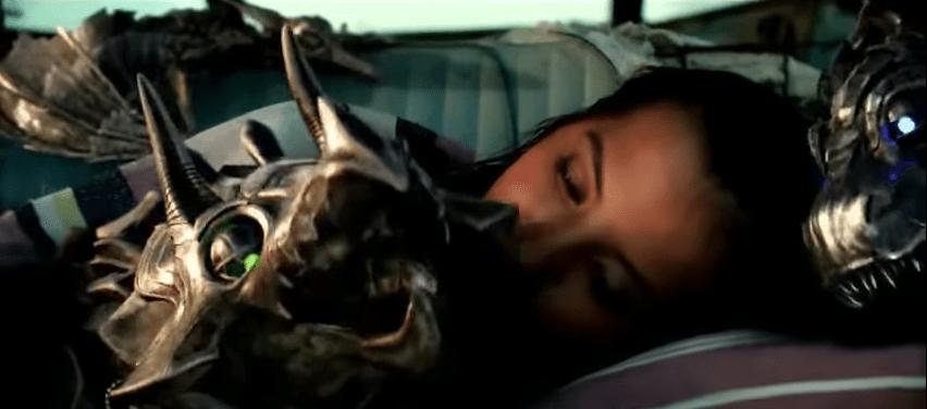 Isabela Moner y un par de dinobots en escena de 'Tranformers: el último caballero'. Pulzo.com