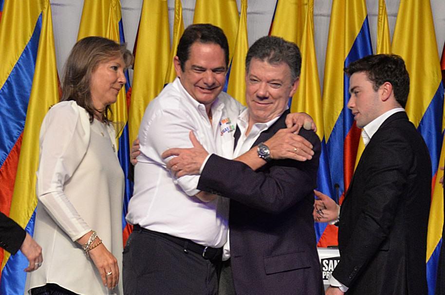 Germán Vargas Lleras (2 I-D) y Juan Manuel Santos (3 I-D) durante las elecciones de 2014