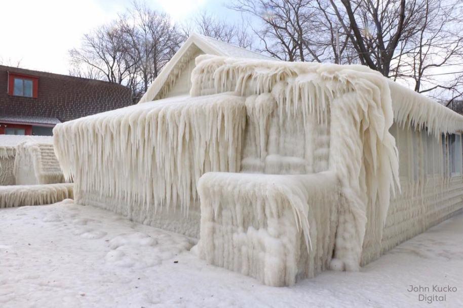 Casa cubierta de nieve en Estados Unidos.