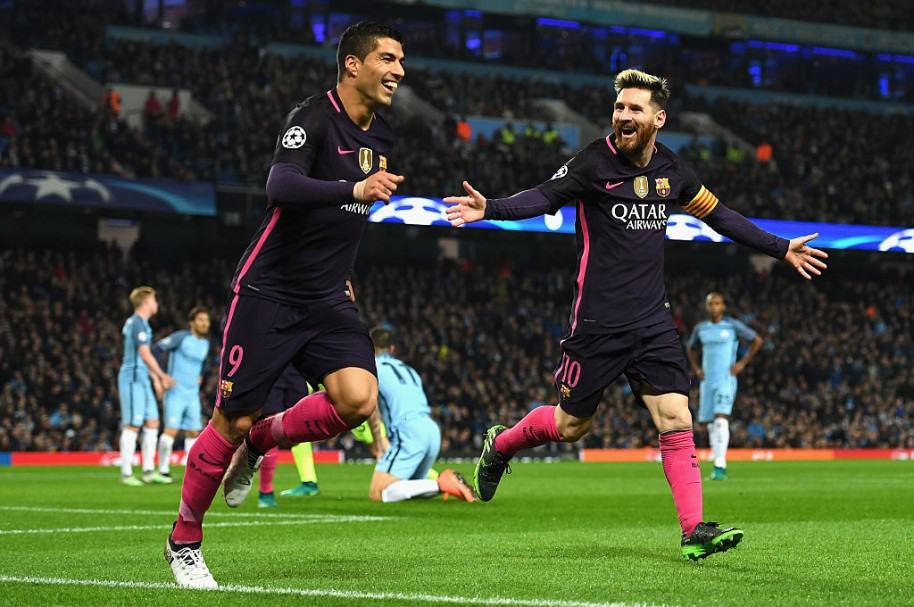 Luis Suárez y Lionel Messi durante partido del Barcelona. Pulzo.com