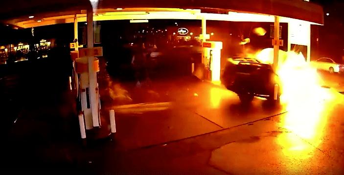 Uber se estrella en gasolinera de Seattle, Washington. Pulzo.com