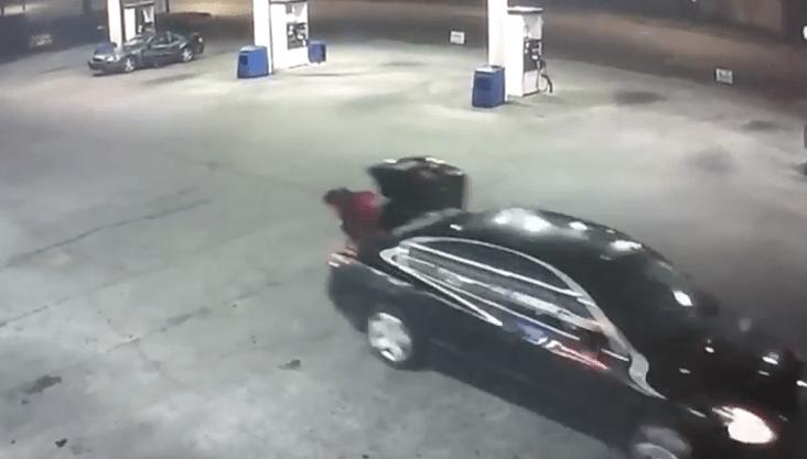 Mujer secuestrada escapa lanzándose de baúl de carro. Pulzo.com