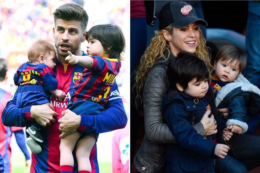 Gerard Piqué y Shakira, alzando a sus dos hijos, Milan y Sasha.