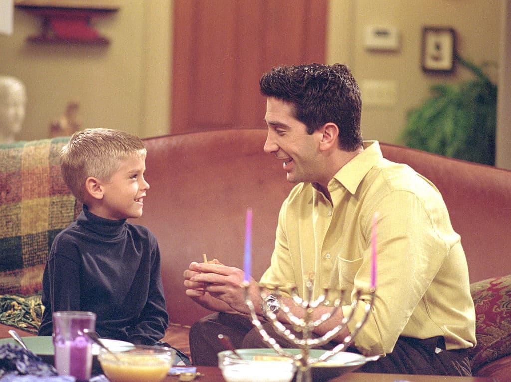 Cole Sprouse y David Schwimmer como Ben y Ross en 'Friends'. Pulzo.com