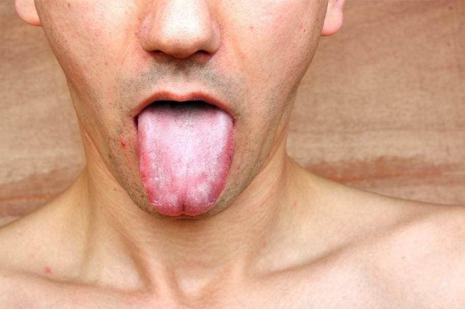 Hombre mostrando la lengua. Pulzo.com