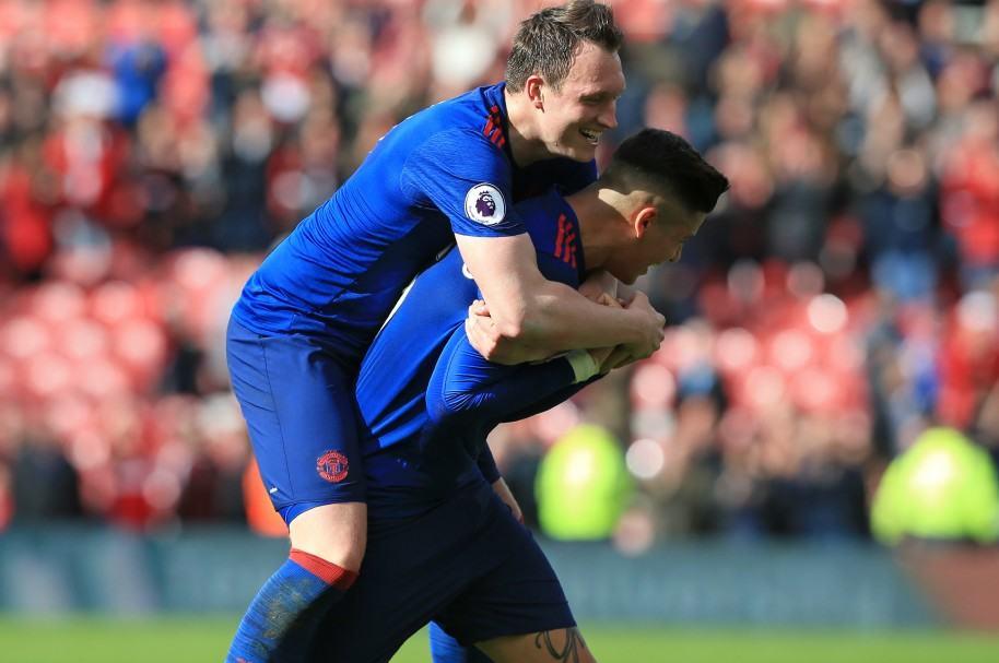 Phil Jones y Marcos Rojo, del Manchester United, celebrando el triunfo frente a Middlesbrough