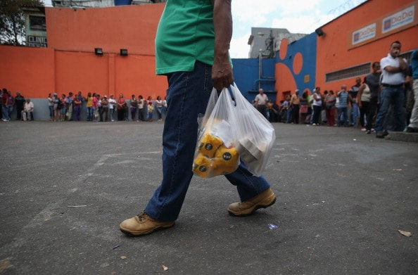 Venezolanos adquieren alimentos