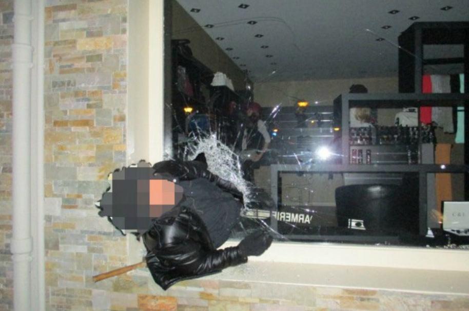 Ladrón queda atrapado en ventana de joyería.