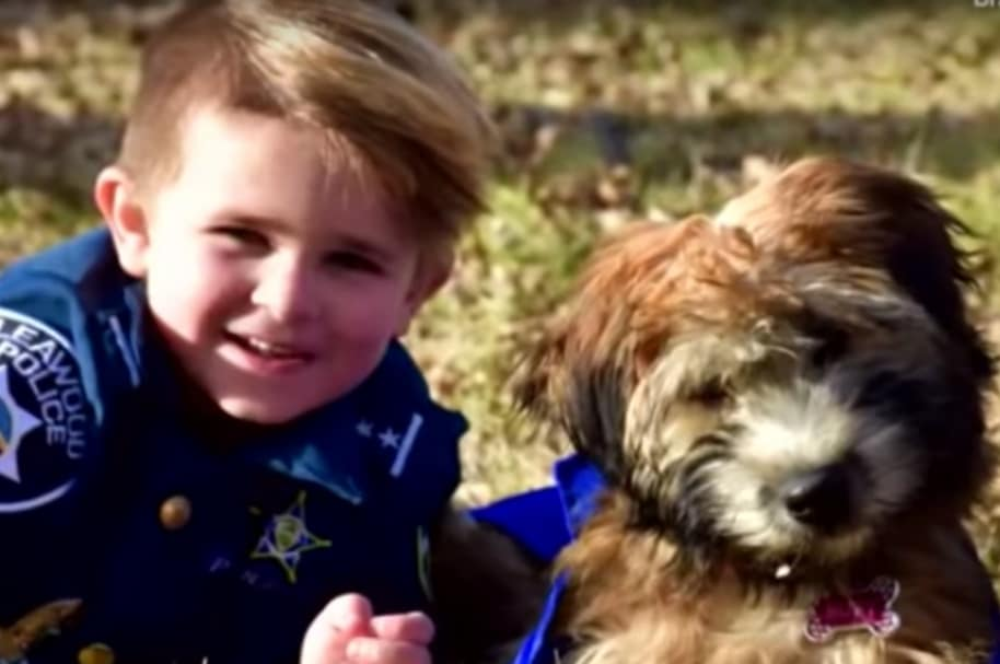 Oliver Davis junto a su mascota.