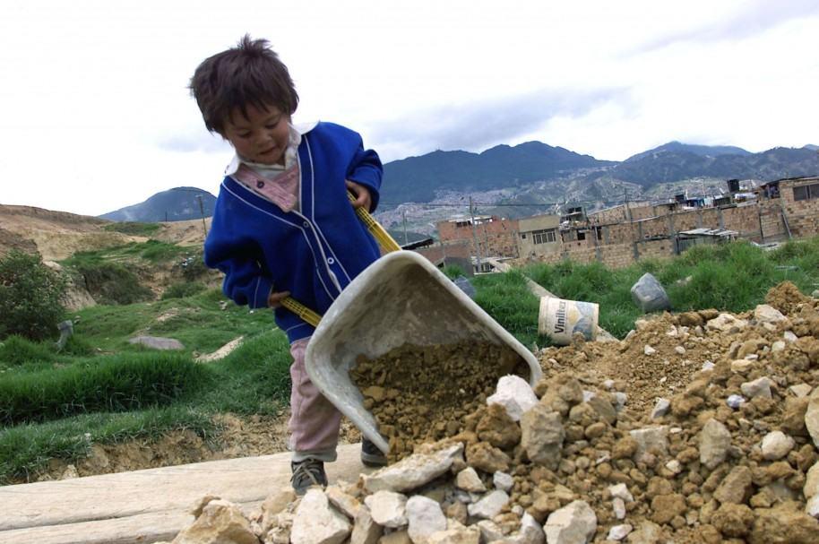 Un niño de 4 años trabaja en un barrio pobre de Bogotá