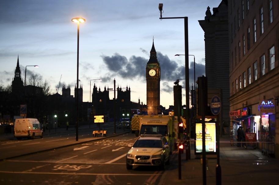 Policías acordonan el Parlamento británico en la madrugada del jueves
