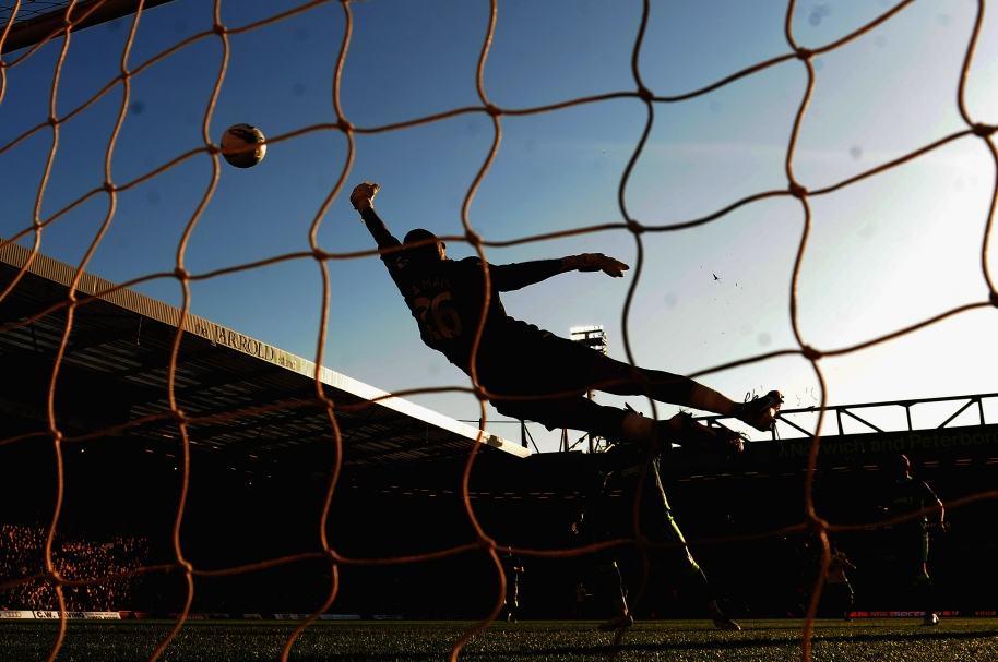 Jugador anota gol.