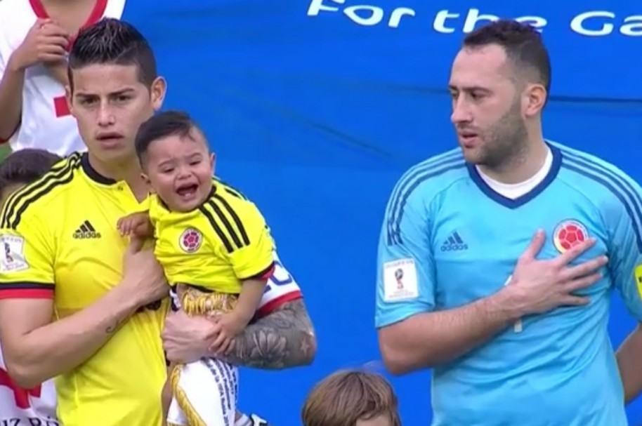 Niño durante el himno con James Rodríguez y David Ospina