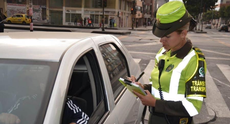 Policía impartiendo un comparendo.