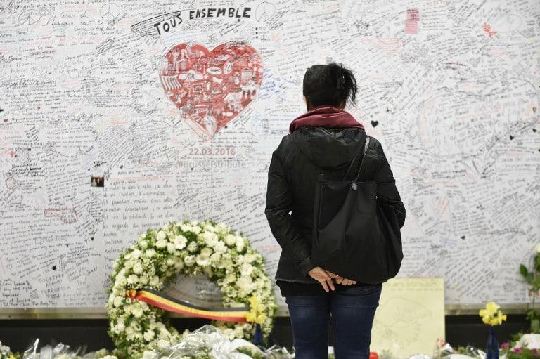 Así recuerdan a las 32 víctimas del ataque ejecutado por el Estado Islámico en el aeropuerto y el metro.