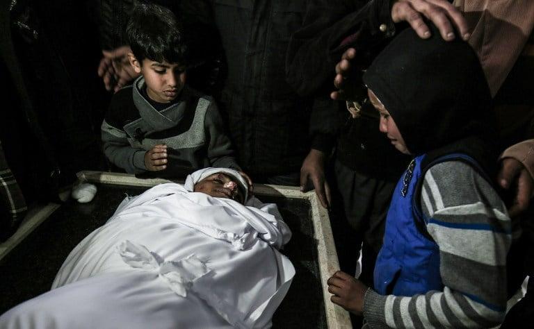 Niños lamentan muerte de joven durante ataque del ejército israelí.