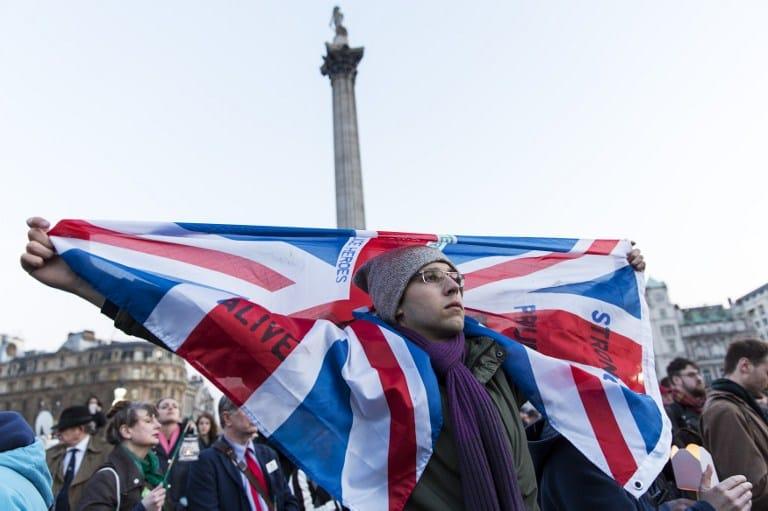 En Londres, ciudadanos hicieron una vigilia por los 4 muertos y 40 heridos que dejó el ataque del Estado Islámico en el parlamento británico y el puente Westminster.