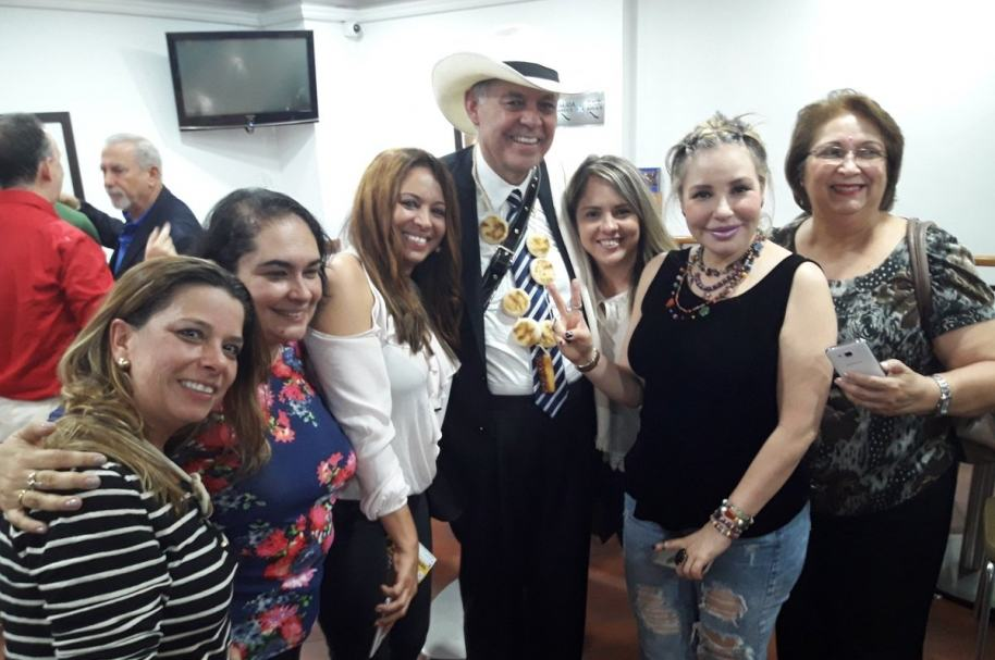 Alejandro Ordóñez (centro) posa con su collar de arepas