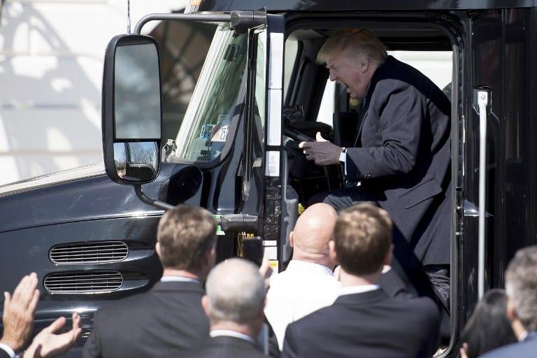 Trump divirtiéndose en un camión.