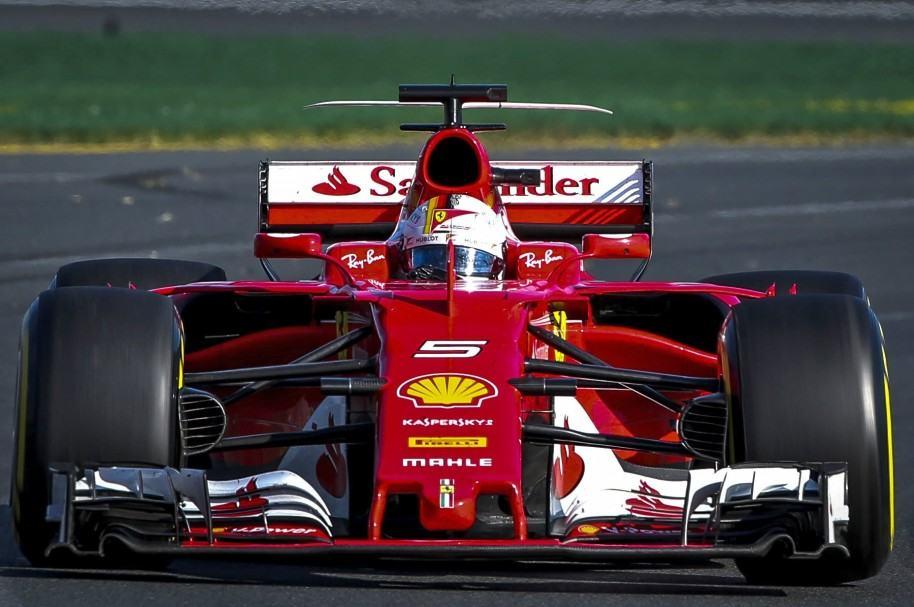 El alemán Sebastian Vettel conduce su Ferrari en el Albert Park deMelbourne