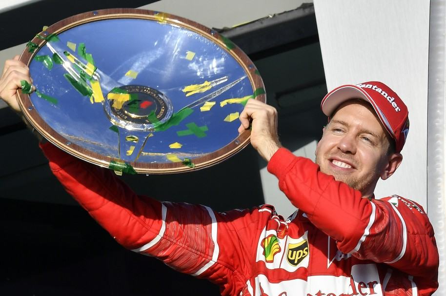Sebastian Vettel celebra su triunfo en lo más alto del podio en Melbourne